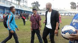 Sergio van Dijk (kanan) tengah berbincang dengan Bobotoh yang ingin berfoto bersamanya di Mess Persib Bandung, Bandung, Rabu (18/5/2016). (bola.com/Erwin Snaz)