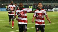 Dua pemain Madura United, Zah Rahan dan Slamet Nurcahyo, merayakan gol ke gawang Bali United pada lanjutan Liga 1 2018. (Bola.com/Aditya Wany)
