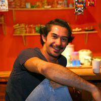 Aktor tampan Reza Rahadian pun ternyata tak langsung sukses seperti sekarang ini. Di sekitar tahun 2002 dan 2003, Reza pernah menjadi pemeran figuran dalam sebuah sinetron. Siapa sangka jika sekarang ia semakin bersinar. (Nurwahyunan/Bintang.com)