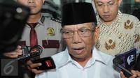 KH Hasyim Muzadi mendatangi Gedung KPK (Liputan6.com/Herman Zakharia)