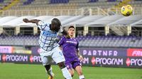 Romelu Lukaku ketika cetak gol ke gawang Fiorentina di ajang Coppa Italia, Rabu (14/01/2021) malam WIB. Inter Milan menang 2-1. (Vincenzo PINTO / AFP)
