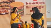 Caroline Kurniadjaja (kanan) saat sedang menjelaskan mengenai peluncuran menu baru untuk peringatan Hari Pelanggan Nasional di McD Sarinah, Jakarta Pusat pada Rabu (4/9/2019). (dok. liputan6.com/Novi Thedora)