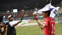 Selebrasi pesepak bola Korea Selatan Ui Jo Hwang setelah meraih medali emas Asian Games 2018 di Stadion Pakansari, Jawa Barat, Sabtu (1/9/2018). ANTARA FOTO/INASGOC/Dhemas Reviyanto/Sup/18