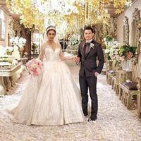 Pesta pernikahan Nabila Syakieb dan Reshwara Argya bertabur kristal dan bunga. (via instagram.com/nsyakieb85)