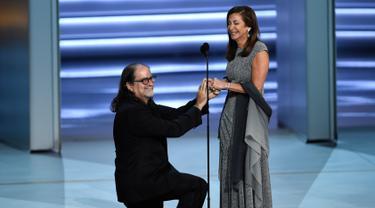 Sutradara Glenn Weiss melamar kekasihnya, Jan Svendsen saat menerima penghargaan di atas panggung Emmy Awards 2018, Los Angeles, Selasa (18/9). Weiss mendapat penghargaan untuk Outstanding Directing for a Variety Special Emmy. (Chris Pizzello/Invision/AP)