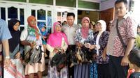 Ayam yang diberikan pada warga miskin Brebes itu tidak boleh disembelih maupun dijual. (Liputan6.com/Fajar Eko Nugroho)