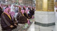 Putra Mahkota Arab Saudi Mohammed bin Salman melaksanakan salat saat meninjau Masjidil Haram di Mekah, Arab Saudi, Selasa (12/2). Pangeran Mohammed datang dengan pengawalan super ketat. (BANDAR AL-JALOUD/SAUDI ROYAL PALACE/AFP)