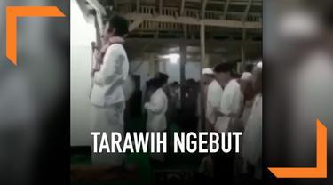 Salat Tarawih yang dilakukan di sebuah masjid dilakukan dengan cepat. Imam salat melafalkan bacaan dengan ngebut.