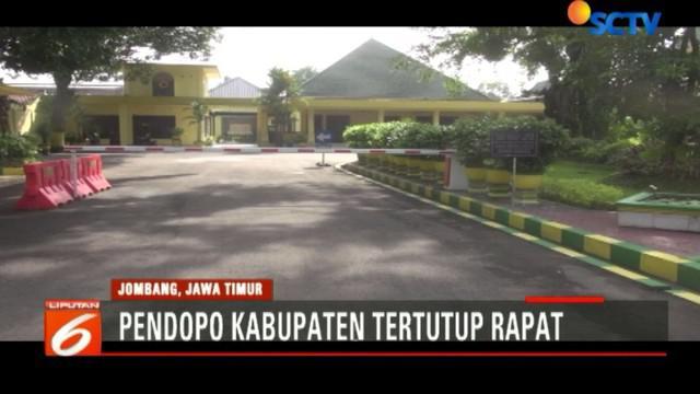 Tim penyidik KPK juga menyegel Kantor Dinas Kesehatan dan Dinas Penanaman Modal dan Pelayanan Terpadu satu pintu Kabupaten Jombang.