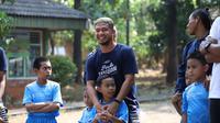 Pemain Persita Tangerang saat mengunjungi anak-anak yang berada di bawah naungan SOS Children's Villages Indonesia. (Istimewa)