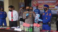 Polres Pandeglang Pandeglang Menunjukkan Barang Bukti Bom Ikan. (Selasa, 23/08/2021). (Dokumentasi Satpolairud Polres Pandeglang).