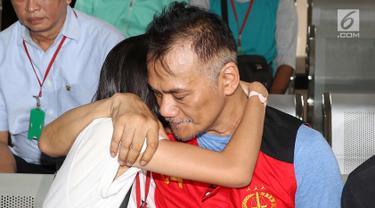 Aktor Tio Pakusadewo memeluk sang anak, Risa sebelum menjalani sidang replik di PN Jakarta Selatan, Kamis (5/7). Pledoi atau nota pembelaan terdakwa Tio Pakusadewo ditolak seluruhnya oleh jaksa penuntut umum (JPU). (Liputan6.com/Immanuel Antonius)