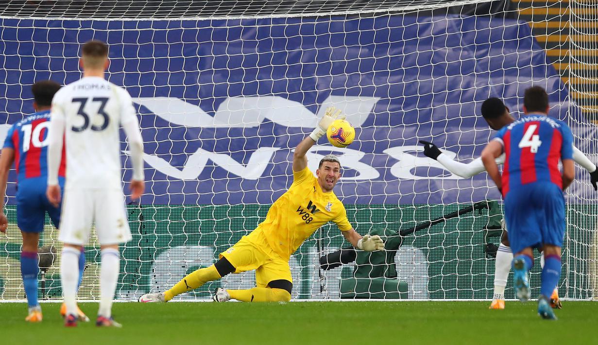 Kiper Crystal Palace, Vicente Guaita berhasil menepis eksekusi penalti striker Leicester City, Kelechi Iheanacho dalam laga lanjutan Liga Inggris 2020/21 pekan ke-16 di Selhurst Park, Senin (28/12/2020). Crystal Palace bermain imbang 1-1 dengan Leicester City. (AFP/Marc Atkins/Pool)