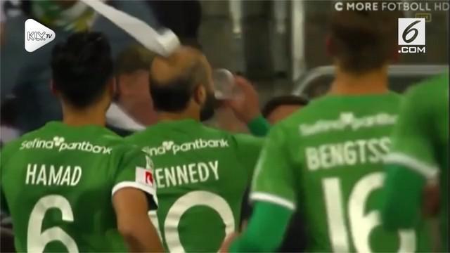 Seorang gelandang Swedia melakukan aksi nyeleneh dengan minum bir di pinggir lapangan usai mencetak gol ke gawang lawan.