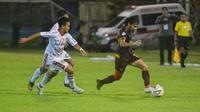 Dua pemain Bali United tengah mengejar pemain PSM Makassar, Rasyid Bakri, sambil dilihat oleh sang pelatih, Stefano Cugurra Teco (di dekat asisten wasit), dalam laga pekan ke-28 Shopee Liga 1 2019, Sabtu (23/11/2019). PSM menang 1-0 atas Bali United. (Bola.com/Abdi Satria)