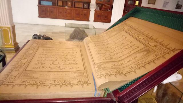 Alquran berukuran 2x1 di Masjid Perahu.
