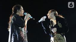 Penampilan Raisa (kiri) dan Bunga Citra Lestari atau BCL pada Batik Music Festival 2019 di Candi Prambanan, Yogyakarta, Sabtu (5/10/2019). Raisa dan BCL berkolaborasi membawakan lagu 'Adu Rayu' ciptaan Yovie Widianto yang dipopulerkan Tulus dan Glenn Fredly. (Kapanlagi.com/Bambang Ekoros Purnama)