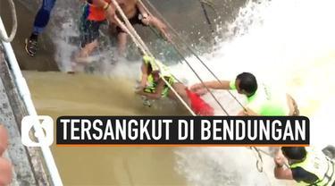 Seorang remaja Thailand diselamatkan setelah kakinya tersangkut di pintu air bendungan. Beruntung, korban tidak mengalami luka apapun.