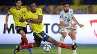 Gelandang timnas Argentina, Nicolas Gonzalez dan bek Kolombia, Yerry Mina (tengah) berebut bola pada laga lanjutan Kualifikasi Piala Dunia 2022 Zona Amerika Selatan di Stadion Metropolitano, Rabu (9/6/2021) pagi WIB. Argentina harus puas bermain imbang 2-2 dengan Kolombia. (Raul ARBOLED/AFP)
