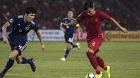 Gelandang Timnas Indonesia, Witan Sulaeman, berusaha melewati bek Jepang, Yukinari Sugawara, pada laga AFC U-19 Championship di SUGBK, Jakarta, Minggu (25/10). (Bola.com/Vitalis Yogi Trisna)