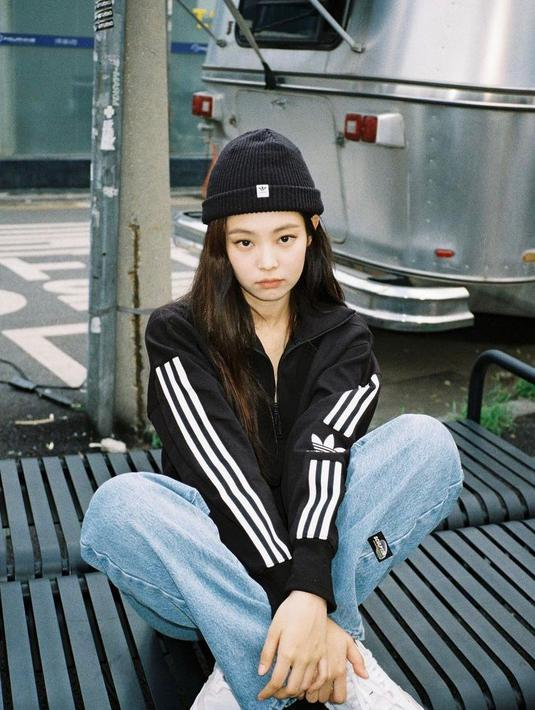 Gaya sporty Jennie BLACKPINK dengan jaket dan beanie. Jangan lupa kenakan sneakers putih biar makin trendy! (Instagram/jennierubyjane).