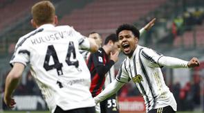 Pemain Juventus, Weston McKennie, melakukan selebrasi usai mencetak gol ke gawang AC Milan pada laga Liga Italia di Stadion San Siro, Rabu (6/1/2021). Juventus menang dengan skor 3-1. (AP/Antonio Calanni)