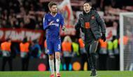 Pelatih Chelsea Frank Lampard (kanan) dan pemain Jorginho menyapa suporter pada akhir laga menghadapi Bayern Munchen pada pertandingan babak 16 besar Liga Champions di Stamford Brige Stadium, London, Inggris, Selasa (25/2/2020). Bayern Munchen menang dengan skor 3-0. (AP Photo/Kirsty Wigglesworth)