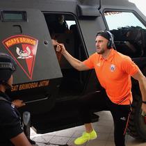 Striker Persija Jakarta, Marko Simic, keluar dari rantis di di Stadion Gelora Bung Tomo (GBT), Surabaya, Sabtu (24/8/2019).