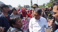 Rektor Unpad Tri Hanggono Achmad menemui pedemo di gerbang Rektorat Unpad, Jalan Dipatiukur, Kota Bandung.