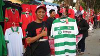 Penjual jersey menawarkan seragam Egy Maulana Vikri di Stadion Gelora Delta, Sidoarjo. (Bola.com/Aditya Wany)