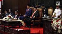 Presiden Joko Widodo (kedua kanan) didampingi Wakil Presiden Jusuf Kalla (kanan) bersiap menyampaikan Pidato Kenegaraan pada Sidang Tahunan MPR 2018 di Gedung Nusantara, Kompleks Parlemen, Senayan, Jakarta, Kamis (16/8). (Liputan6.com/Johan Tallo)