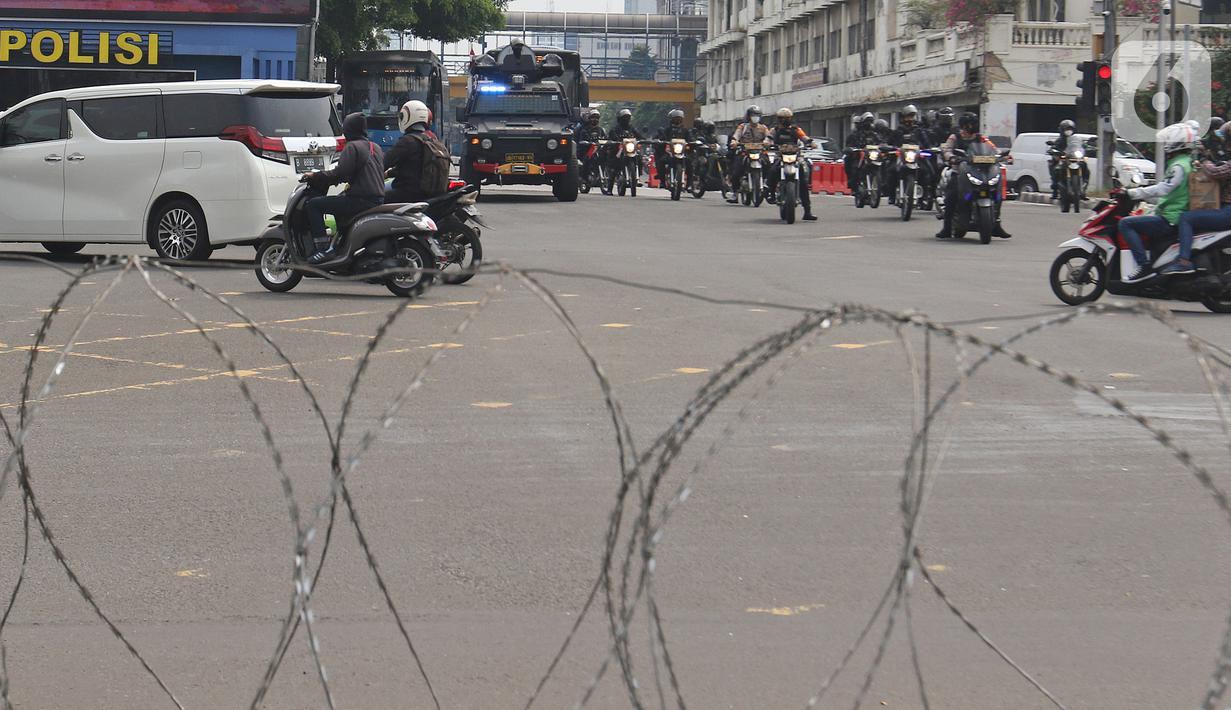 Petugas gabungan berpatroli di kawasan Harmoni, Jakarta, Sabtu (24/7/2021). Kepolisian menyiapkan kawat berduri di kawasan Harmoni untuk mengantisipasi adanya aksi demonstrasi dengan tuntutan menolak perpanjangan pemberlakuan pembatasan kegiatan masyarakat (PPKM). (Liputan6.com/Herman Zakharia)