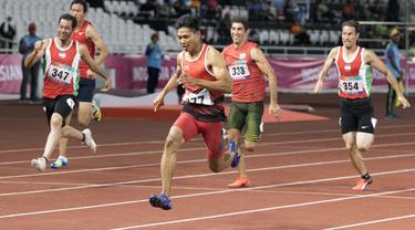 Purnomo Sapto Yogo pelari Indonesia meraih medali emas di nomor 100 meter putra klasifikasi T37 pada Asian Para Games 2018, di Stadion Utama Gelora Bung Karno Jakarta, Selasa (9/10/2018).  (Bola.com/Peksi Cahyo)
