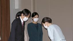 Putri Mako dari Jepang membungkuk di depan orang tuanya Putra Mahkota Akishino, Putri Mahkota Kiko dan saudaranya Putri Kako, sebelum meninggalkan rumahnya di Istana Akasaka, Tokyo, Selasa (26/10/2021). Putri Mako Putri Mako resmi menikahi teman kuliahnya, Kei Komuro (Koki Sengoku/Kyodo News via AP)