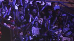 Penonton memberikan dukungan kepada tim All Star yang sedang bertarung pada Mobile Legends Bang Bang: All Star 2019 di Tenis Indoor Senayan, Jakarta, Sabtu (20/7). MLBB All Star Team dibagi menjadi 4 tim yang dipimpin pemain Onic eSports. (Bola.com/Yoppy Renato)