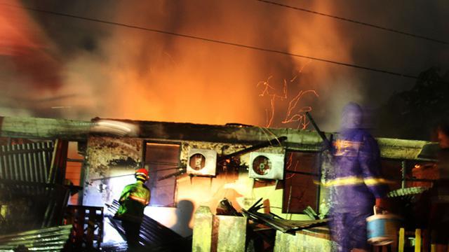 Kebakaran menghanguskan rumah asrama Brimob Polda Riau di Pekanbaru, Riau, Sabtu (12/7) dinihari. Api diduga berasal dari hubungan arus pendek listrik.
