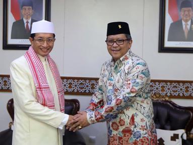 Sekjen PDIP Hasto Kristiyanto (kanan) bersilaturahmi ke Imam Besar Masjid Istiqlal Prof Nasaruddin Umar di Masjid Istiqlal, Jakarta, Rabu (11/4). Kedatangan Hasto bersama pengurus DPP PDIP untuk berbicara keislaman. (Liputan6.com/Pool/Joan)