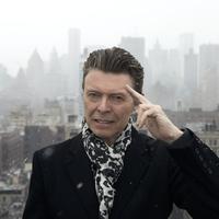 David Bowie terkenal dengan kepiawaiannya memainkan berbagai macam alat musik (via shorefire.com)