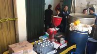 Polisi Gerebek Pabrik Miras Ciu Dekat Sekolah Dasar di Tambora (Merdeka.com/Ronald)