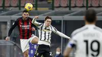 Pemain AC Milan Theo Hernandez berebut bola bola dengan Federico Chiesa dari Juventus pada laga Liga Italia di stadion San Siro, di Milan, Italia, Rabu, 6 Januari 2021. (AP Photo / Antonio Calanni)