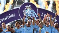 Kapten Manchester City, Vincent Kompany, mengangkat trofi juara Premier League 2018-2019, Minggu malam WIB (12/5/2019). (AFP/Glyn Kirk)