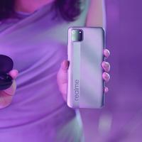 Smartphone realme C11 dan realme Buds Q. Sumber foto: Document/realme.