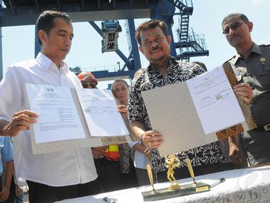 Gubernur DKI Jakarta dan Gubernur Sulawesi Selatan melakukan penandatanganan MoU di Pelabuhan Makassar, Minggu (11/5/14). (Liputan6.com/Herman Zakharia)