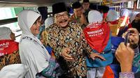 Gubernur Jawa Timur Soekarwo melepas jemaah calon haji kloter I Jatim di Asrama Haji Sukolilo, Surabaya. (Liputan6.com/Dian Kurniawan)