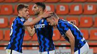 Pemain Inter Milan Ivan Perisic (kanan) bersama rekan setimnya Nicolo Barella (kiri) dan Achraf Hakimi usai mencetak gol ke gawang Spezia pada pertandingan Serie A Liga Italia di Stadion Alberto-Picco, La Spezia, Italia, Rabu (21/4/2021). Pertandingan berakhir dengan skor 1-1. (ANDREAS SOLARO/AFP)
