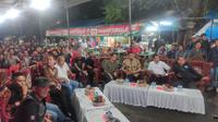 Dukungan yang diberikan oleh menantu Presiden Joko Widodo atau Jokowi tersebut dengan nonton bareng (nobar) bersama para jurnalis di Kota Medan, Sumatera Utara (Sumut). Nobar dilaksanakan di Warkop Jurnalis Medan, Jalan Haji Agus Salim