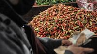 Tumpukan cabai rawit merah yang dijual di Pasar Senen, Jakarta, Kamis (4/3/2021). Naiknya harga cabai rawit merah di pasaran saat ini disebabkan oleh produksi yang sangat rendah sehingga pasokan di pasaran tidak bisa memenuhi tingginya permintaan. (merdeka.com/Iqbal S. Nugroho)