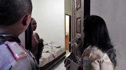 Petugas Pemprov DKI Jakarta melakukan penertiban indekos di kawasan Sawah Besar, Jakarta (28/4/2015). Tampak seorang penghuni kos sedang diminta KTPnya oleh petugas. (Liputan6.com/Andrian M Tunay)