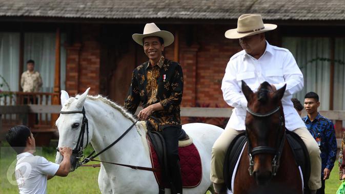 Presiden Jokowi dan Ketua Umum Partai Gerindra Prabowo Subianto bersantai sambil menaiki kuda di halaman kediaman Prabowo di Hambalang, Bogor, Senin (31/10). Keduanya usai melakukan pertemuan tertutup selama hampir 2 jam. (Liputan6.com/Faizal Fanani)