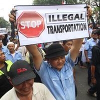 Kedelapan tersangka ricuh demo taksi dikenakan Pasal 63 ayat (1) jo Pasal 12 ayat (1) Undang-Undang RI No. 38 Tahun 2004 tentang jalan.
